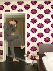 Junger Mann, der in der Tür des Schlafzimmers