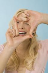 Blonde Frau, die Handgeste, Portrait