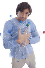 Mann hält Plastikflaschen