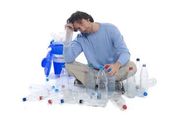 Mann mit Plastikflaschen und Hausmüll