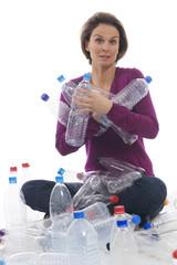 Frau hält Plastikflaschen