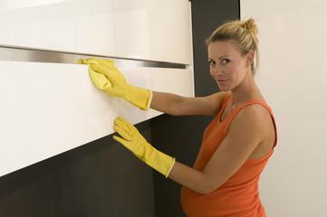 Schwangere Frau, die Reinigung von Küchen