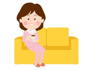 ソファーで寛ぐ女性