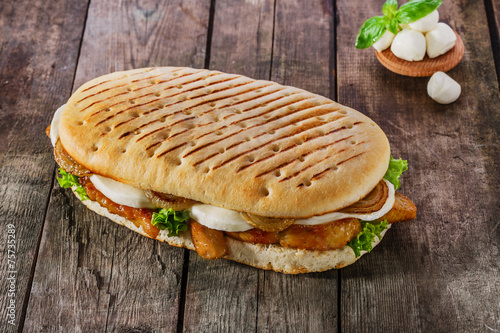 Papiers peints Entree, salade grilled sandwich with chicken and mozzarella cheese