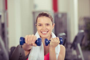 frau trainiert im fitness-center mit gewichten