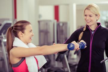 trainerin im fitness-center berät eine kundin
