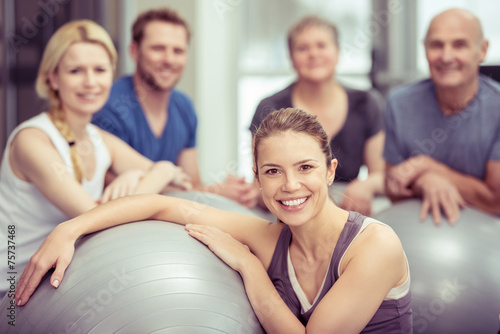 canvas print picture gruppe trainiert mit gymnastik-bällen