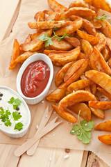 Frische Kartoffelspalten mit Dip