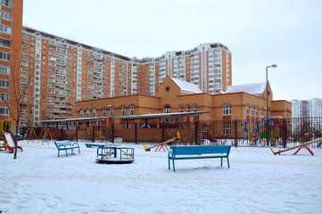 Детский сад и площадка во дворе жилого дома