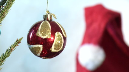 Красный новогодний шарик И шапка Деда мороза
