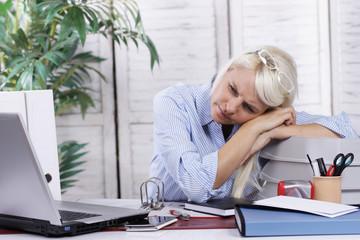 Frau erschöpft im Büro