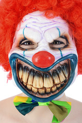 Clown in Horror-Maske zu Halloween