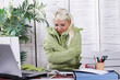 canvas print picture - Junge Frau friert im Büro