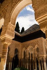 Alhambra, Spagna, archi e colonne decorati