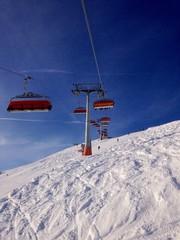 seilbahn und sessellift im skigebiet