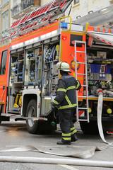 Feuerwehrmann an Wagen