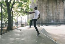 壁紙(ウォールミューラル) - Black Boy Skating at Park and Falling Down