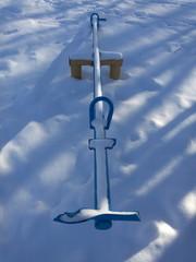 Качели детские поломанные в снегу