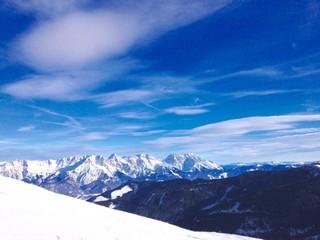 winterlandschaft mit bergpanorama in den Alpen