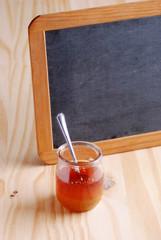barattolo di miele con la lavagna