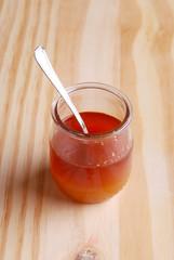 barattolo di miele sul tavolo di legno