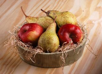 pere e mele nella cesta di legno