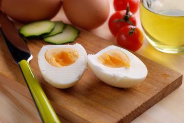 uovo sodo sul tagliere di legno