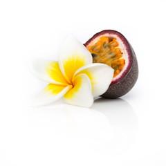 Fruit de la passion et fleur de frangipanier