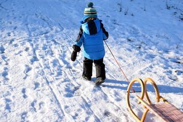 Boy pulling sleigh - Kleiner Junge zieht seinen Schlitten