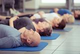 gruppe mit senioren im fitness-studio