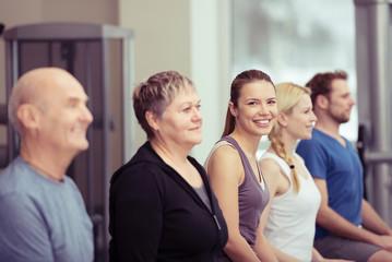 gruppe trainiert zusammen im fitness-club
