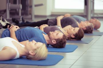 männer und frauen praktizieren entspannungsübungen