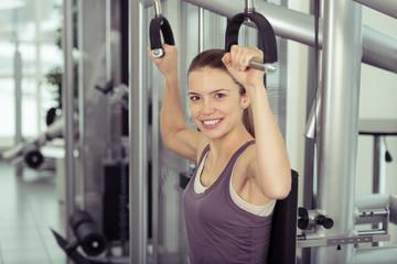 frau trainiert ihre arme im fitness-center