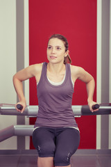 frau trainiert im fitness-studio