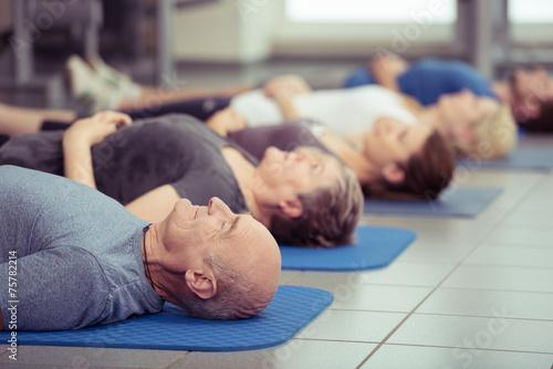 Leinwanddruck Bild gruppe mit senioren im fitness-studio