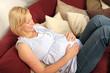 Werdende Mutter entspannt auf der Couch
