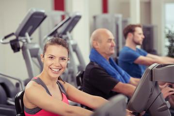gruppe trainiert im fitness-center