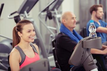 personen trainieren im fitness-studio