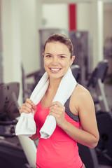 motivierte junge frau im fitness-studio