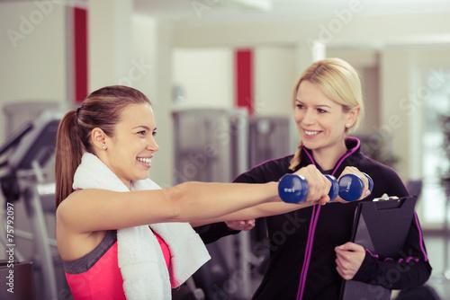 Leinwandbild Motiv trainerin berät eine kundin im sportclub
