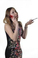 Девушка разговаривает по телефону и красит глаза
