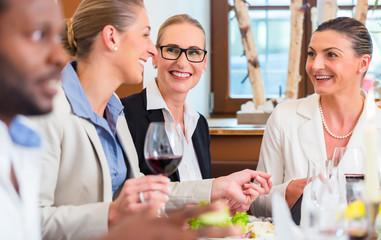 Gruppe bei Geschäftsessen im Restaurant
