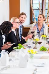 Gruppe im Restaurant auf Geschäftsessen