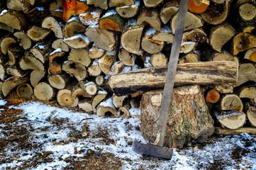 Schweres Beil zum Hacken von Brennholz