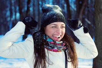 Портрет радостной молодой женщины зимой на природе.
