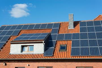 Solarzellen auf einem älteren Haus