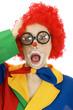 Clown mit Brille schaut überrascht