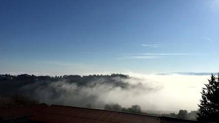 Ostra Vetere, Italia - Nebbia su campagna, time lapse