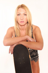 Junge Frau in Designershirt mit Skateboard
