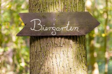 Biergarten Schild an einem Baum
